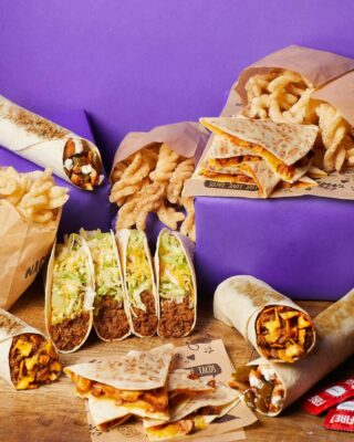 Oproep aan alle huishoudens van 4 🗣 Deze Cravings Meal is voor jullie gemaakt.  Neem het mee naar huis of bestel via Deliveroo, Uber Eats of Just Eats.   #ChickenQuesadillas  #CrunchwrapSupreme  #SoftTacos  #CinnamonTwists #Churros #packagedealFor4